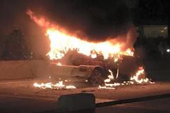 Lái xe bất lực nhìn xế hộp cháy trơ khung trên cầu Thanh Trì