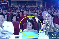 Lan Khuê trượt ngã trên sóng trực tiếp Hoa hậu Đại dương 2017