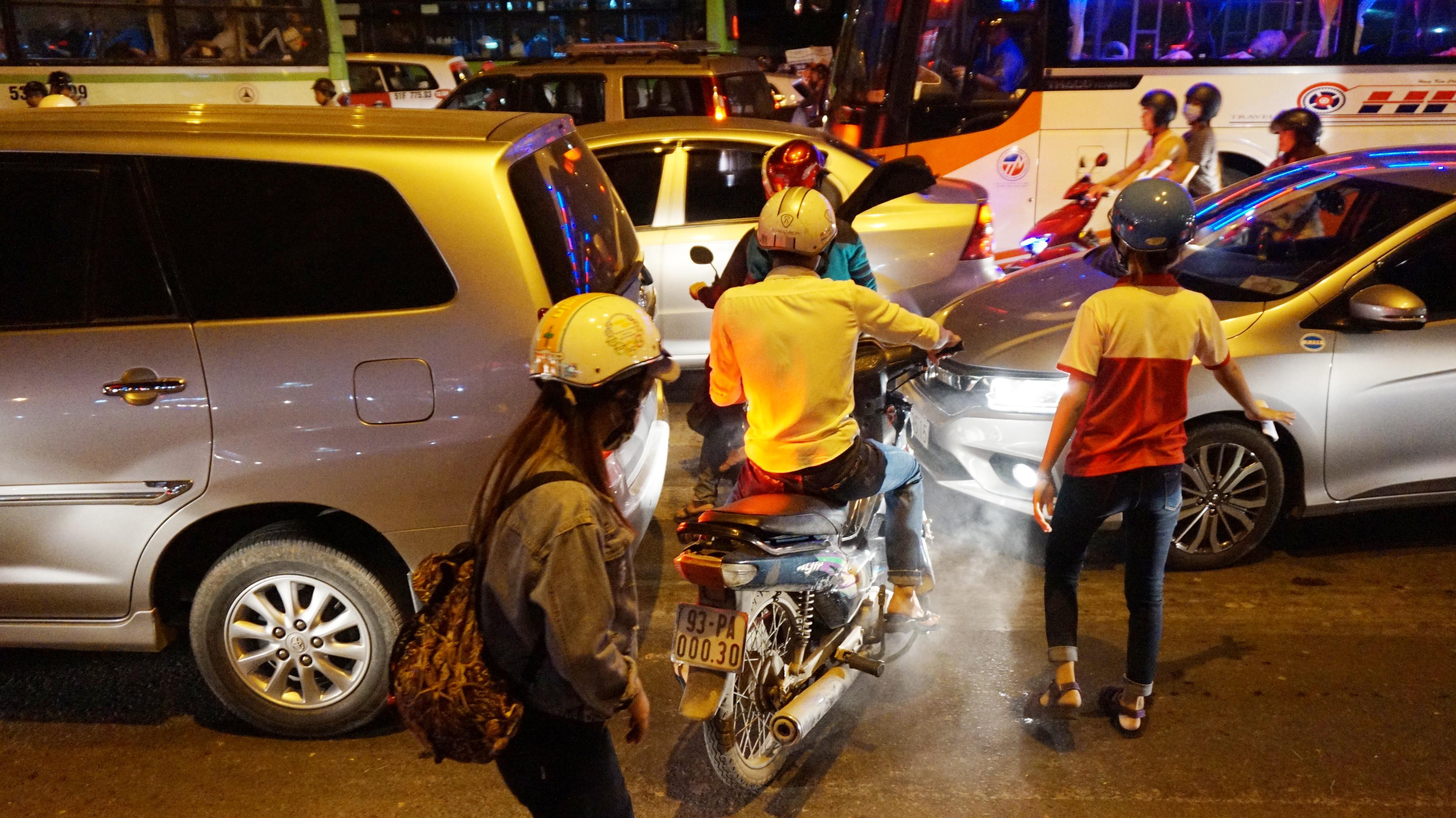 Cửa ngõ Sài Gòn tê liệt nhiều giờ trong đêm cuối tuần