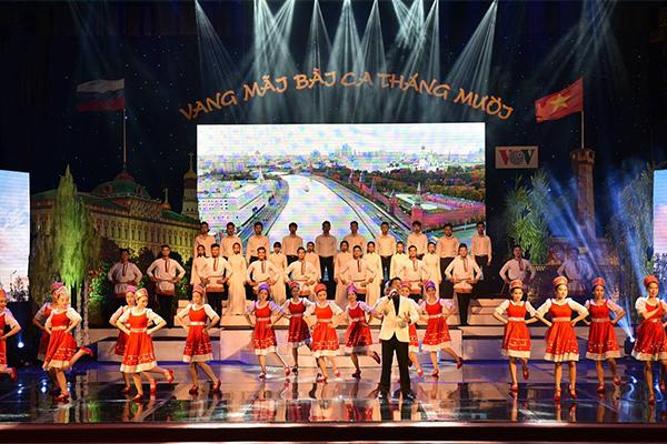 Thủ tướng dự chương trình nghệ thuật 'Vang mãi bài ca tháng Mười'