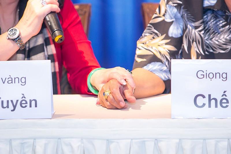 Chế Linh ngượng chín mặt khi Thanh Tuyền siết chặt tay
