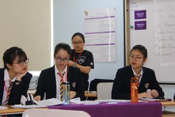 Xem học sinh phổ thông tranh biện chuyên nghiệp bằng tiếng Anh