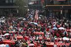 Hàng chục nghìn người dự bàn tiệc dài hai cây số