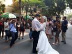 Cụ bà mặc váy cưới nắm tay chồng trên phố 'gây sốt'