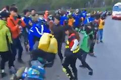 Cả trăm phượt thủ mở nhạc nhảy ầm ĩ giữa đường đèo hẹp