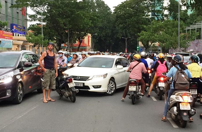 Vì đâu nhiều người Việt còn thiếu văn hóa đi ô tô?