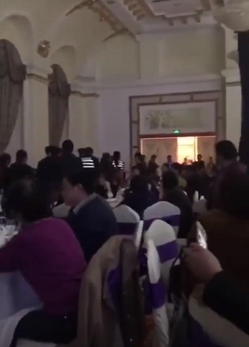 Bất ngờ cưới vợ, chàng trai bị bạn gái đến phá tan đám cưới