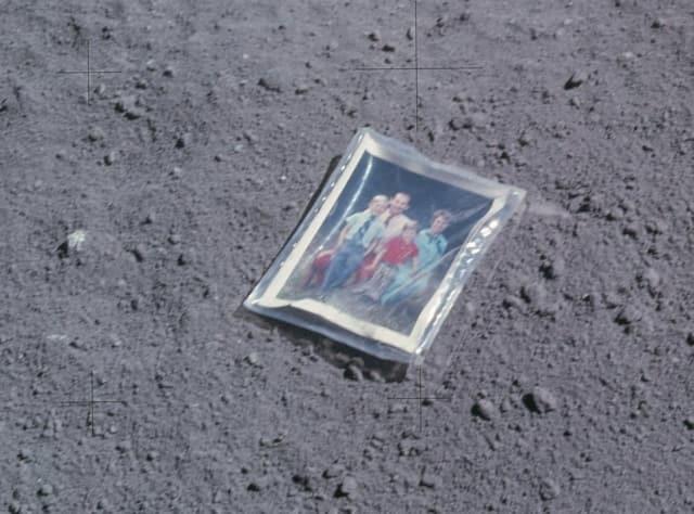 Những di vật khó hiểu con người bỏ lại trên Mặt Trăng