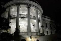 'Cảnh ma quái' vây kín Nhà Trắng