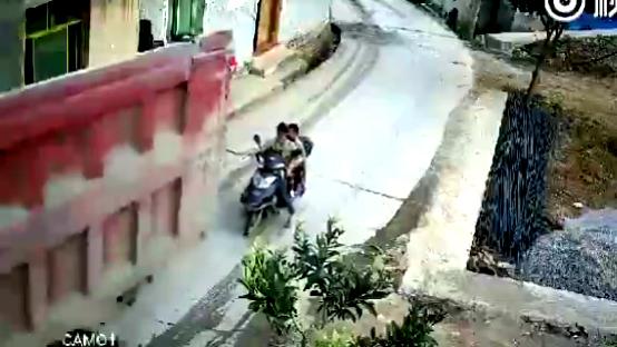 xe tải nuốt xe máy