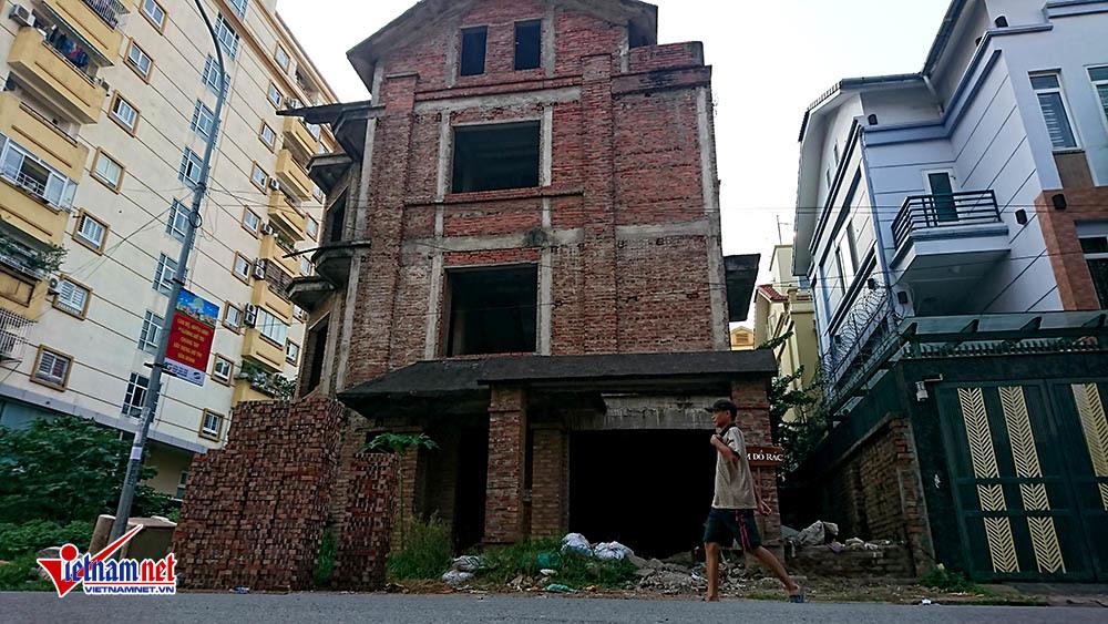 Cảnh ớn lạnh trong căn biệt thự tiền tỉ bỏ hoang ở Hà Nội