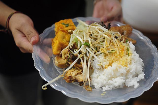 Quán cơm trưa 1.000 đồng cho người dân lao động giữa Hà Nội