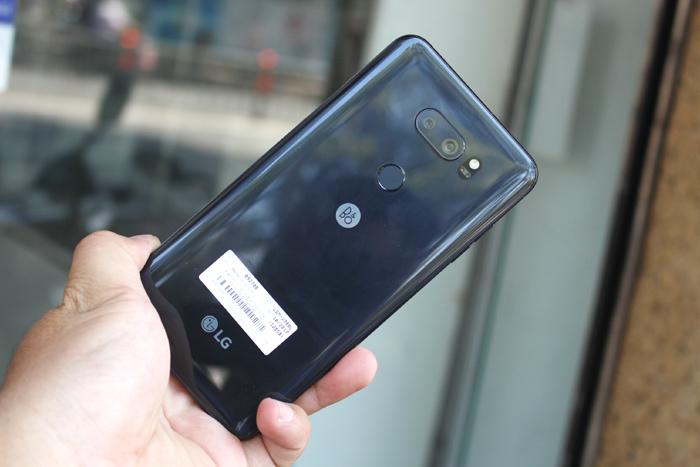 Mở hộp LG V30 Plus: Máy có sạc không dây, giá 17 triệu đồng