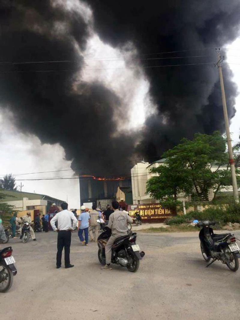 Cháy công ty thiết bị điện, cột khói bốc cao hàng chục mét
