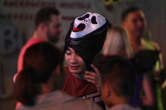 Du khách, giới trẻ hoá trang ma quỷ trong đêm Halloween trên phố Hà Nội