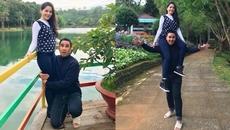 MC Quyền Linh đi dép lê, ôm chân vợ để chụp hình