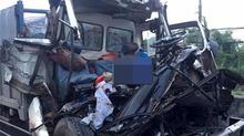 Hai xe tải tông nhau, tài xế và phụ xe tử vong trong cabin