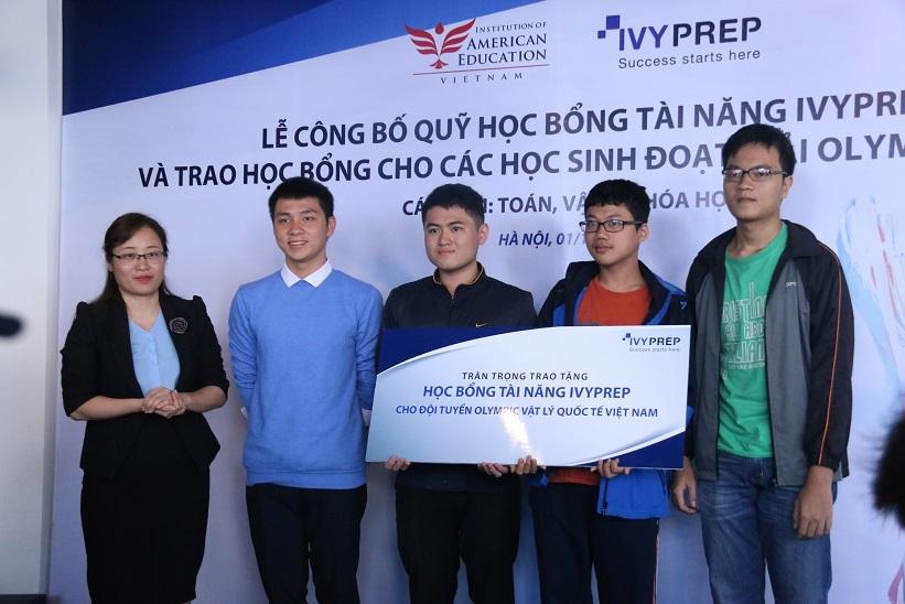 Trao học bổng trị giá hơn một tỷ đồng cho các học sinh đoạt huy chương Olympic quốc tế
