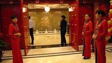 Vi phạm pháp luật khi đứng tên nhà hàng thay người Trung Quốc?