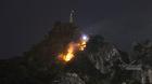 Cháy lớn kèm đá lở trên núi Bài Thơ, xe cứu hỏa 'bất lực'