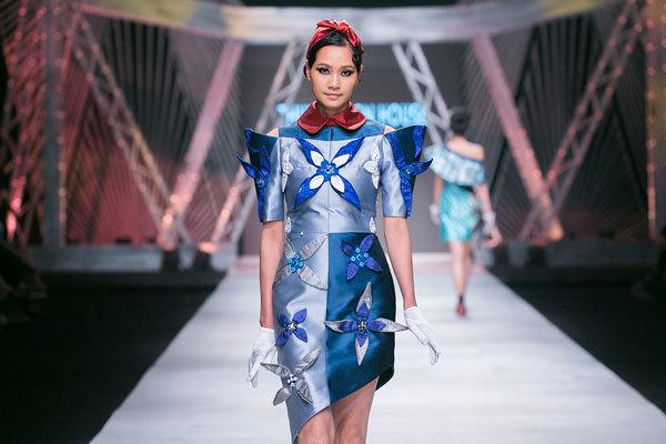 Ngô Thanh Vân hoá 'Cô ba Sài Gòn' trên sàn catwalk