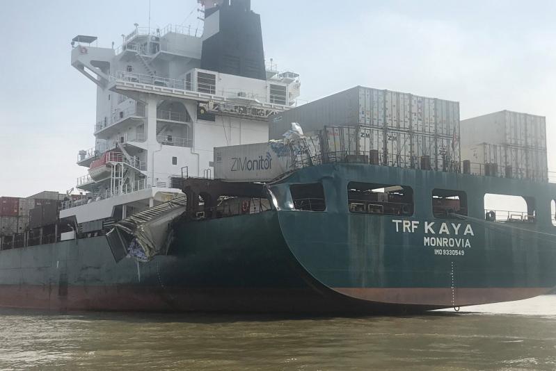 Hai tàu đâm nhau trên sông Đồng Nai, trăm người lao ra 'hôi của'
