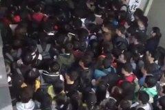 Hàng trăm sinh viên chen nhau để có chỗ ngồi trong thư viện