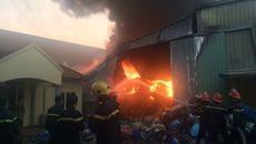 Cháy rừng rực xưởng nhựa ở Phố Nối