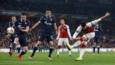 """Arsenal bất lực trước đội bóng """"tí hon"""""""