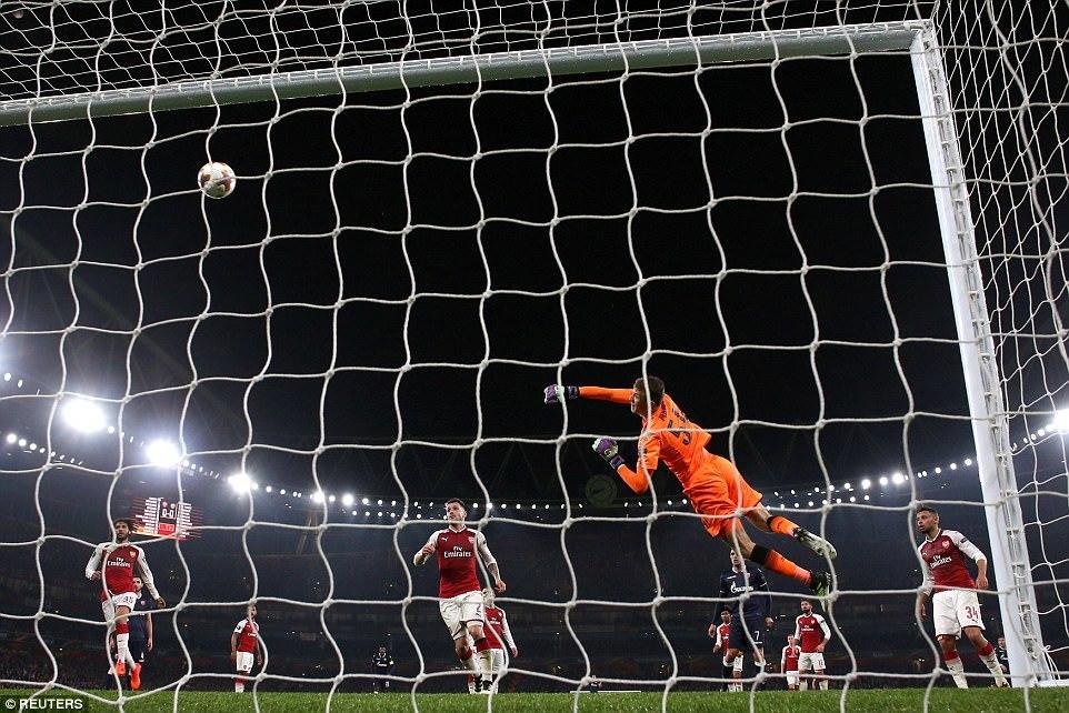 Arsenal bất lực trước đội bóng 'tí hon'