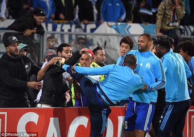 Evra tái hiện cú kung-fu của Eric Cantona ở Europa League