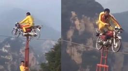 Thót tim với màn đi trên dây bằng xe máy