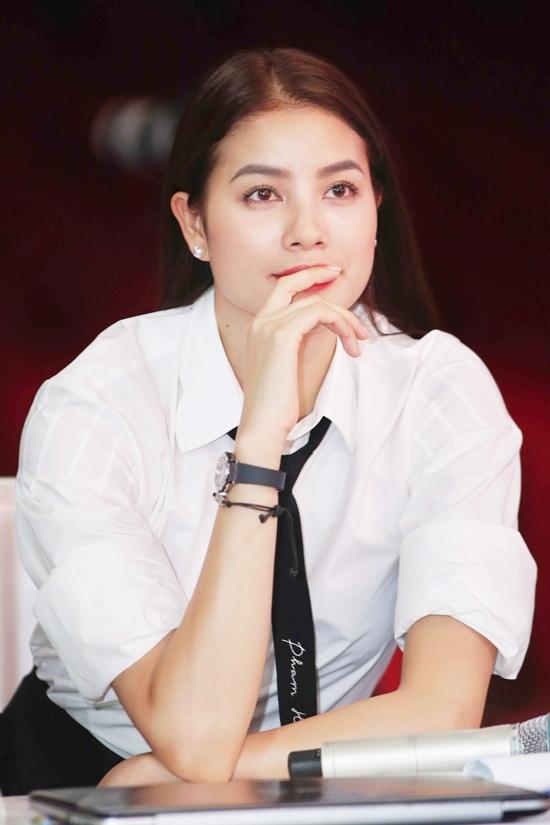 Phạm Hương mặc váy ngắn làm MC bên Anh Tuấn