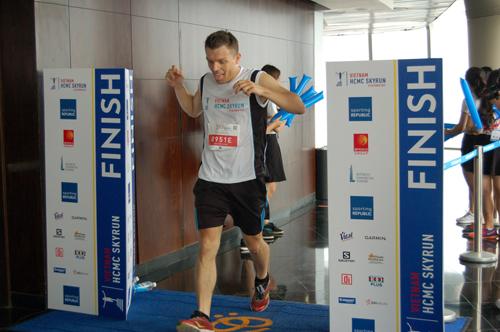 300 người thi chạy thang bộ HCMC SkyRun