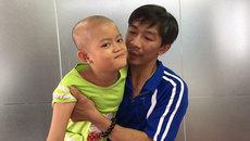 Cha đơn thân khổ sở tìm cách cứu con gái ung thư máu