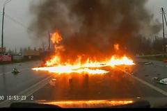 Ô tô bị đâm tan nát bốc cháy dữ dội trên xa lộ