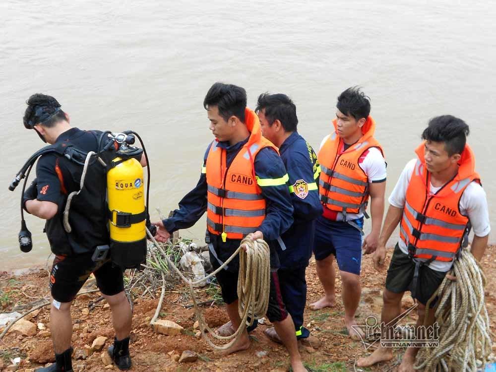 Nữ nhân viên thủy nông bị lũ cuốn trôi mất tích