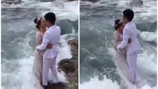"""Ra biển chụp ảnh cưới, cặp đôi bị """"đánh gục"""" thảm hại bởi màn tấn công không kịp trở tay"""