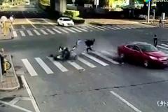 Tai nạn khủng khiếp với cả gia đình đi xe máy vượt đèn đỏ