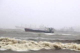 Thủ tướng: Khẩn trương tìm người mất tích, trôi dạt trên biển