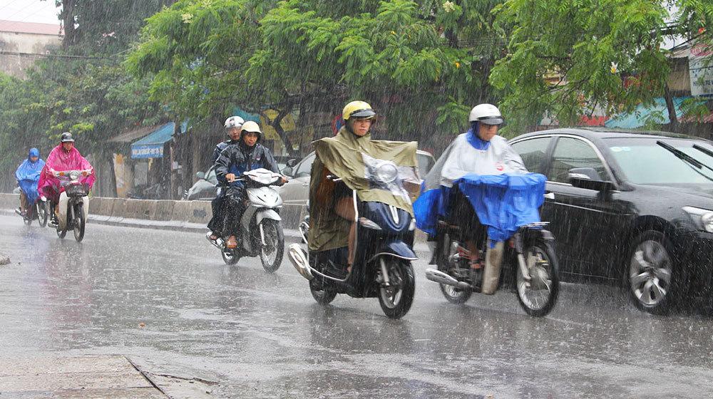 Đi xe máy 'chống chọi' với bão kiểu gì?