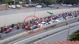 Xe máy ngang nhiên đi ngược chiều gây ùn tắc trong hầm Kim Liên