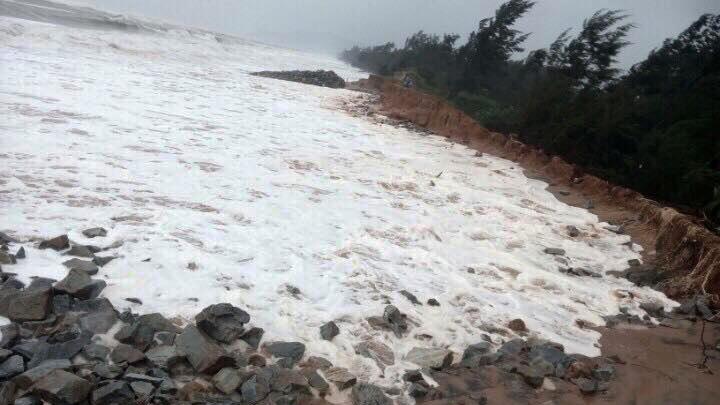 Vỡ 100m đê biển ở TT-Huế, quốc lộ 1A bị chia cắt