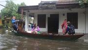 Hội An thất thủ, du khách thuê thuyền chạy lũ