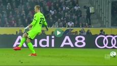 """Thủ môn Bundesliga vừa đá bóng vừa... """"mơ ngủ"""""""