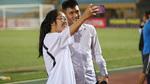 CLB TP.HCM thảm bại, Công Vinh vẫn cười tít với fan nữ