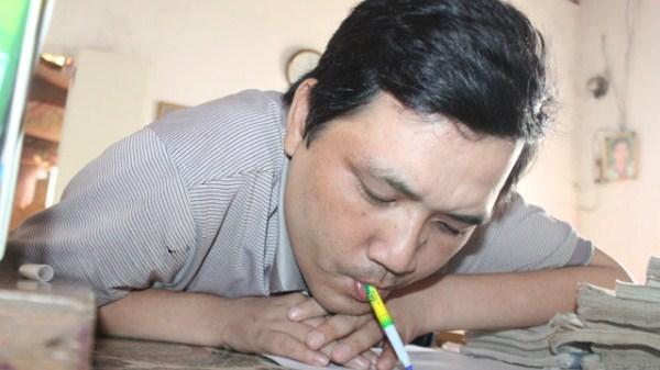 Chuyện tình cảm động của thầy giáo viết cuộc đời bằng… miệng