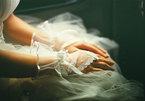Chết lặng với món quà người cũ của chồng gửi trong ngày cưới