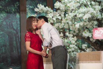 Cô gái xinh đẹp sốc vì bị nhà trai âm thầm dời ngày cưới