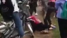 Nhóm nữ sinh đánh gục bạn cùng lớp trên đê biển